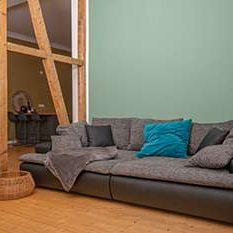 couch in gemuetlichem wohnzimmer durch kutopiart