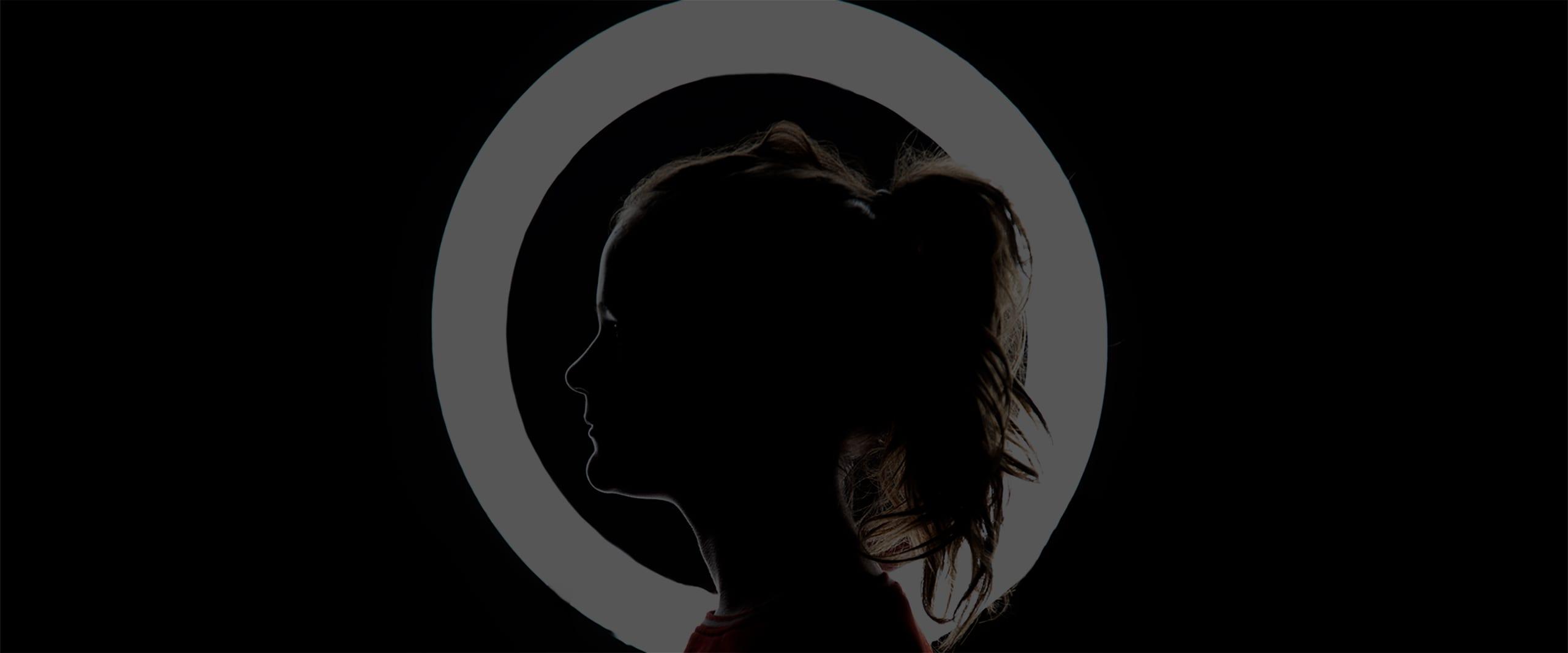 foto der silhouette einer jungen frau